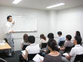 日本人講師による分かりやすい英会話学習セミナーの様子