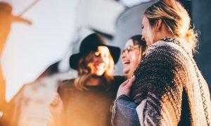 海外への個人旅行が倍、楽しくなる!宿泊先で現地の人と交流する2つの方法と注意点